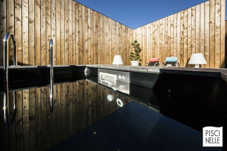 Une piscine tout en reflets comme des joyaux par milliers. La Piscinelle Iki - couloir de nage xs suréquipé - bénéficie ici de la technologie du MF5 breveté Piscinelle en inox 316L, un modèle de gestion de l'eau et de durabilité. *** Crédit photo : Fred Pieau ***