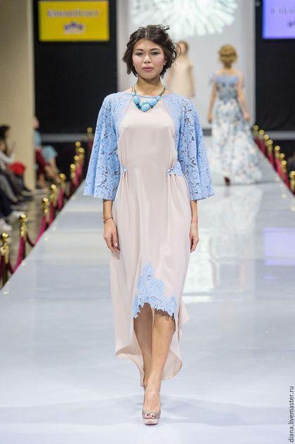 Купить или заказать Бежевое платье с голубым кружевом. в интернет-магазине на Ярмарке Мастеров. Вечернее платье с кружевом голубого цвета, спереди короткое, по спинке длинное с небольшим шлейфом. из декора небольшие бусины из фарфора с росписью. Спинка на красивых завязках, немного открытая.