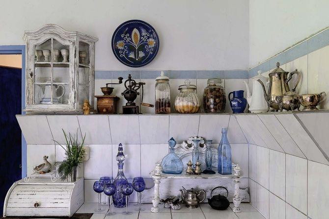 Ewa zbiera biało-niebieską porcelanę i błękitne szkło.