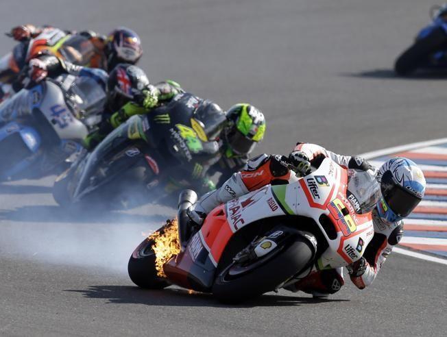 Arde la moto de Yonny Hernández en plena carrera. #MotoGP #Ducati #Noticias #YonnyHernandez