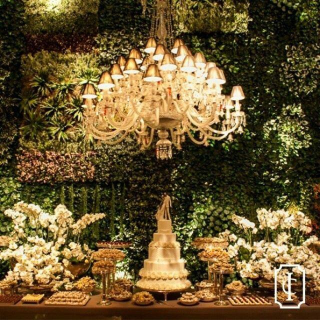 Na mesa de doces, um muro inglês e enormes lustres levaram elegância ao ambiente. Tudo sobre o casamento de Vicky e Diego no site! • Foto | Jared Windmüller Fotografia • #inesquecivelcasamento #icprsc #clubeic #3rstudio