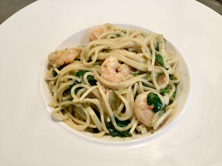 PASTA MET PESTO EN GARNALEN  Ik heb hier een heerlijk recept voor jullie, pasta met garnalen en pesto! En niet zomaar een pesto, nee een zelfgemaakte pesto! Jammie de bammie!