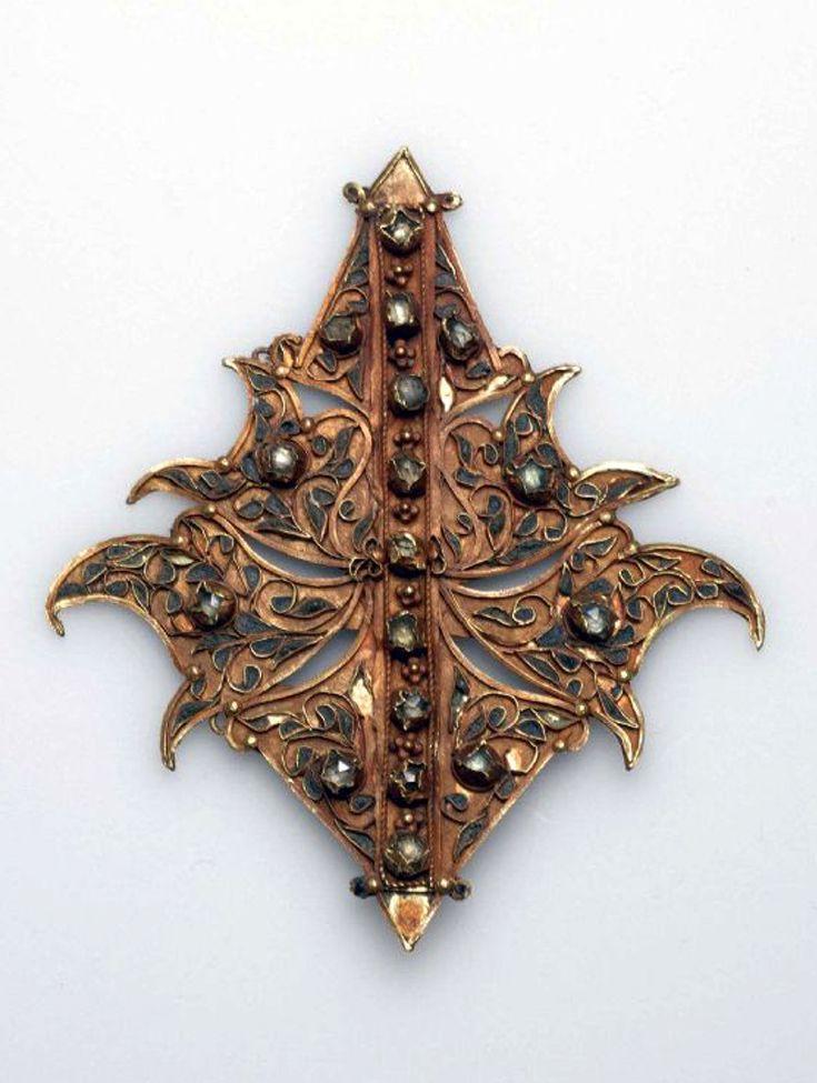 Indonesia ~ Sumatra, Aceh | Children's necklace pendant ~ Boh ago meuih ngon taloe ~ gold | ca. 1931 or earlier