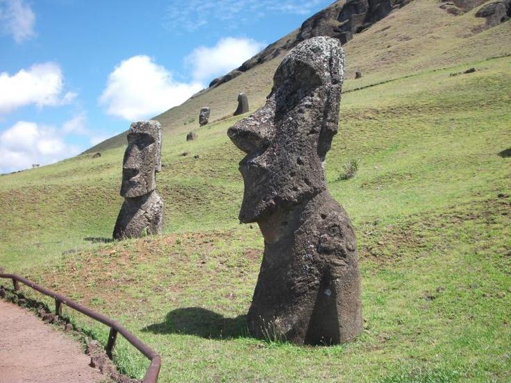 いまだ多くの謎が残るイースター島のモアイ像