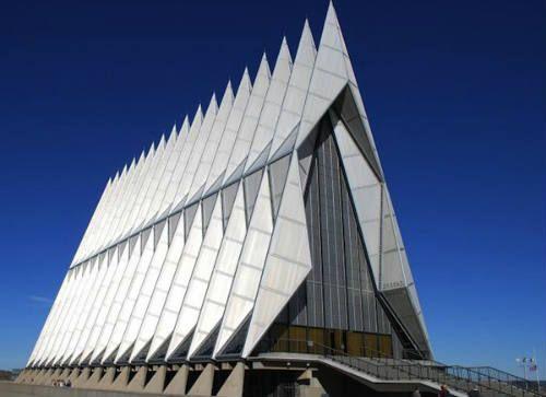 Invernadero Pentagonal. Está situado en  Cornwall, Inglaterra, donde se encuentra el invernadero más grande del mundo, el cual cuenta con un diseño muy matemático.