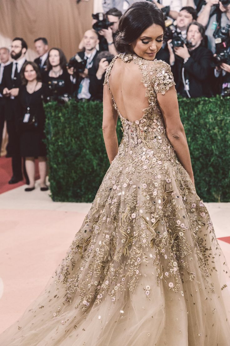 ♕ Marchesa ♕   Nina Drobev  - Met Gala 2016. Vestido champan con la espalda descubierta y detalles en 3D florales que se van degradando.♥♥