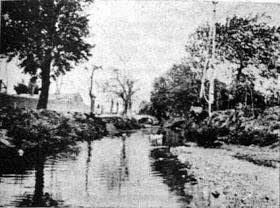 Ο ποταμός Κηφισός, το 1870, τότε που στις όχθες του η περιοχή Ρέντη (Κολοκυνθού) ήταν γεωργικό προάστιο της Αθήνας. Είχε κι αυτός την τύχη του Ιλισού. Οι ιθύνοντες, αφού έστρωσαν κακόγουστα με πέτρα και σκυρόδεμα τις κοίτες του, στη συνέχεια στη δεκαετία του 1990-2000 επικαλύφθηκε πλήρως για να διαπλατυνθεί η Εθνική οδός.