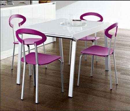 In una cucina classica bianca non guasta la sedia colorata, in ...