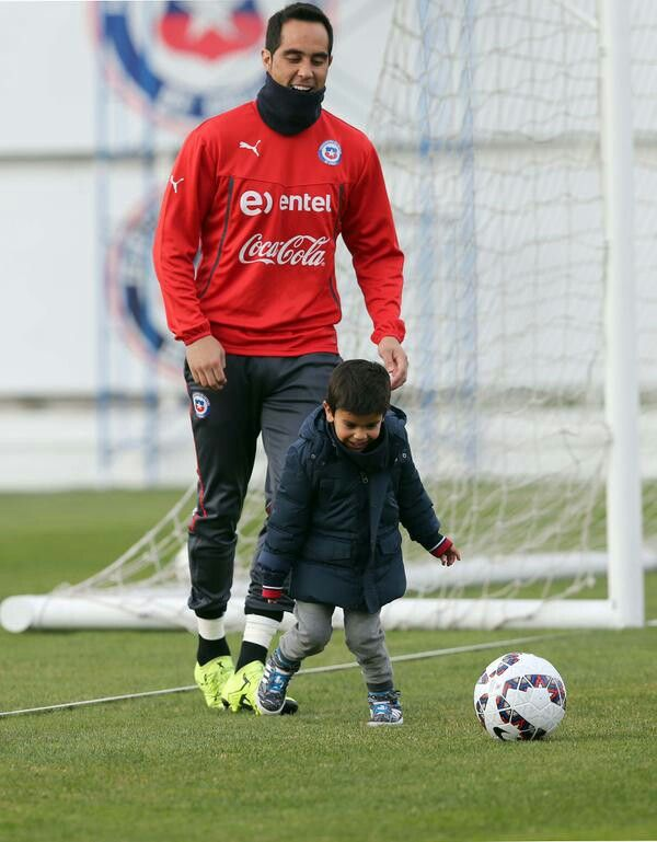 Claudio bravo y su hijo en juan pinto duran en una practica muy divertida para la selección chilena