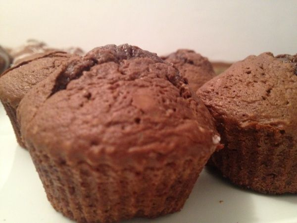 Atunci cand preparam briose cu ciocolata vrem ca pe langa blatul pufos sa obtinem un interior moale de ciocolata.