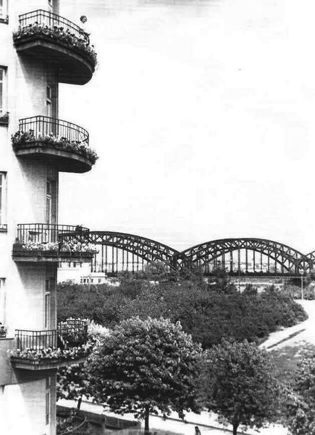 Warszawa - z lewej budynek mieszkalny przy Alei 3 Maja. W tle Most Średnicowy (1935 r).  https://web.facebook.com/479667668730827/photos/ms.c.eJwtyMk