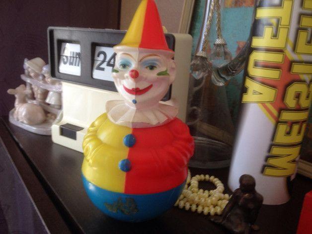 Einzigartige und zuckersüßes Stehaufmännchen als Clown. Aaus DDR Kindertagen mit diversen Gebrauchsspuren, wie Farbabrieb, im unterem Bereich ein kleiner Riss. Wenn man ihn antippt, bewegt er...