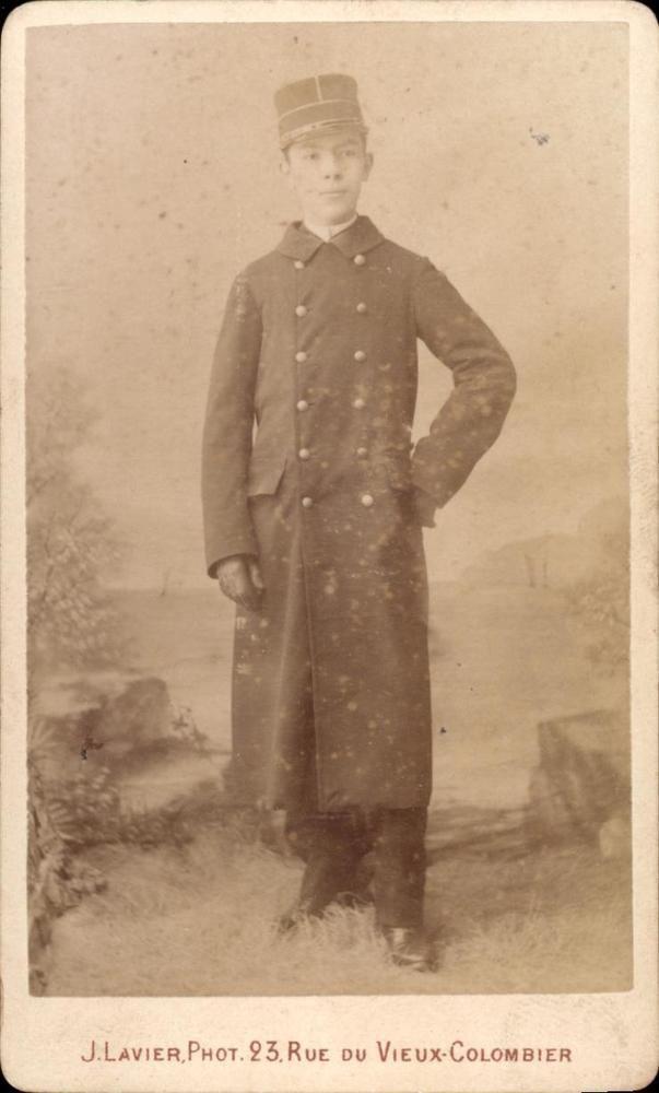 CDV jeune homme veste longue boutonnée gants casquette J. Lavier Paris vers 1885