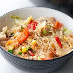 Makaron sojowy smażony z kurczakiem i warzywami | Kwestia Smaku