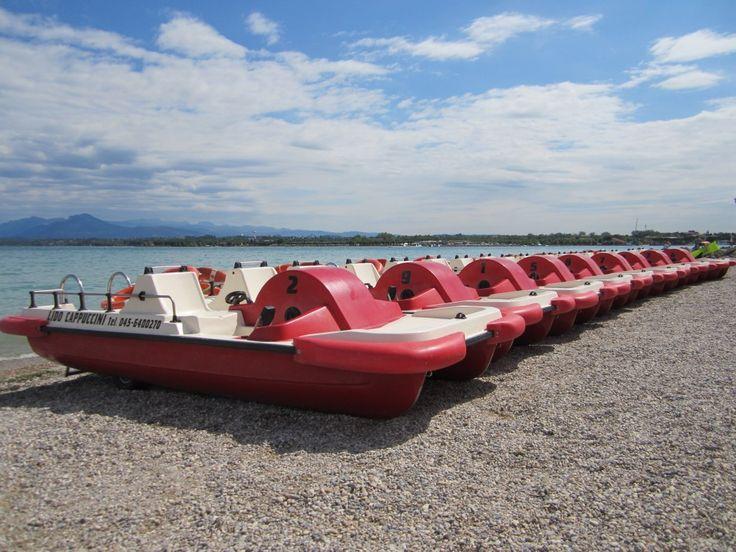rode waterfietsen op het strand van Peschiera del Garda