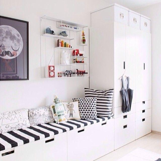 Banquette et armoire dans chambre d'enfant