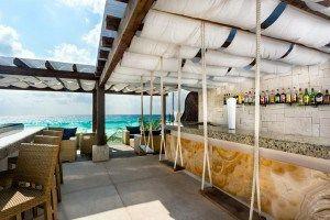 Flamingo Cancún Resort tiene vistas al mar caribe y la laguna nichupté. La piscina principal contiene un bar flotante. 20 minutos del centro de Cancún. #Cancun #Mexico #Hoteles
