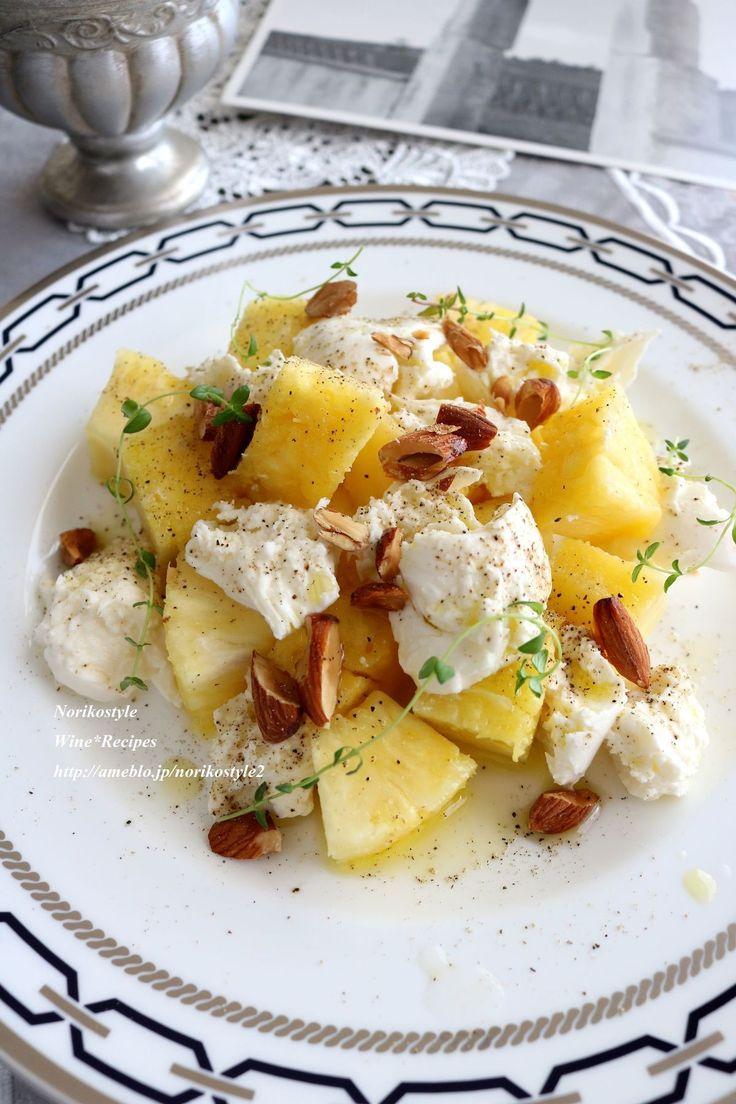 パイナップルとアーモンドのモッツァレラサラダ by 築山紀子 / 生のパイナップルとアーモンドを組み合わせて、モッツァレラチーズと合わせたサラダに。甘い香りと、ポイントのたっぷりめに挽いた黒こしょう!味と香りが引き締まります。 / Nadia