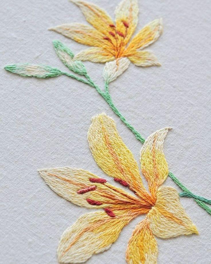 #야생화자수 #원추리 #꿈소 #꿈을짓는바느질공작소  #자수 #자수타그램 #embroidery #handembroidery #embroideryart #threadpainting #needlepainting #hoopart #stitchart #dmc #wildflower #daylily #handmade