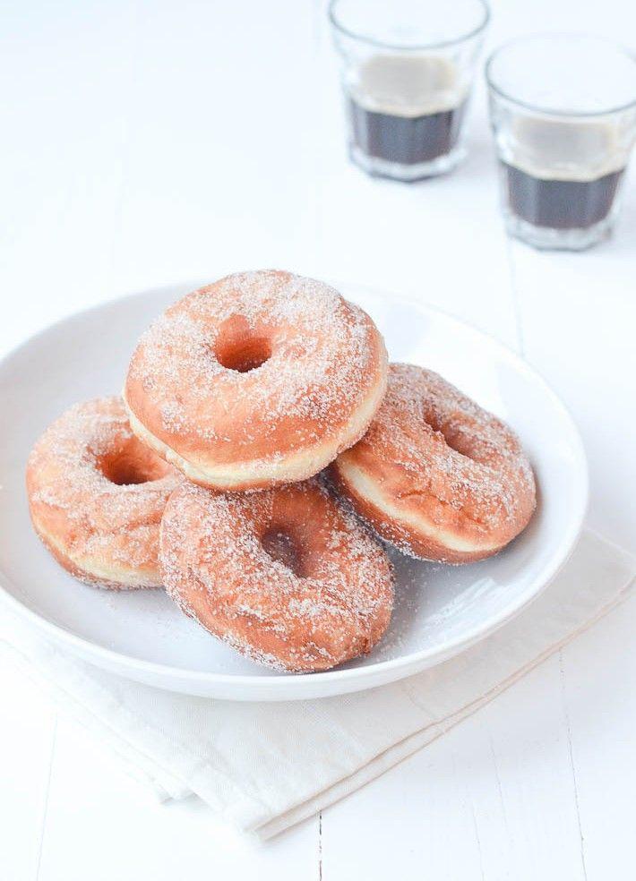 Donuts, homemade. Dit is een superleuk recept om samen met de kids te maken. En daarna kun je lekker smullen!