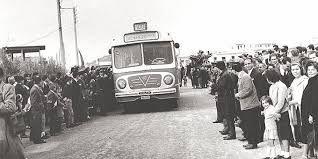 Χαϊδάρι, ο κόσμος υποδέχεται το πρώτο λεωφορείο που θα συνέδεε την πόλη τους με την Αθήνα.