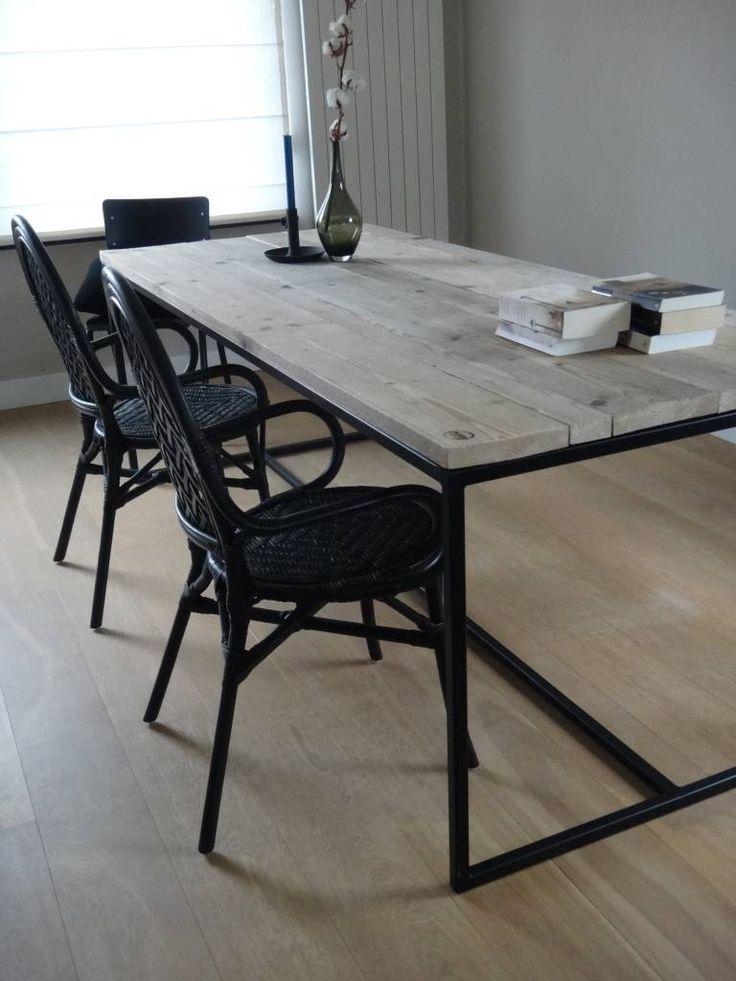 Deze prachtige vormgegeven steigerhouten tafel met stalen frame is leverbaar in diverse afmetingen en staalkeuren (poedercoating). Industriële tafel met strakke vormgeving.