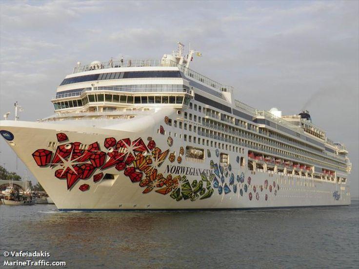 Το Norwegian Gem καταπλέει στον Πειραιά. 01/06/2010.