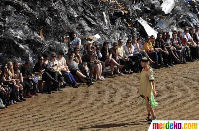 Seorang bergaya di antara para undangan saat memperagakan busana koleksi pakaian Summer Cavalera 2012/2013