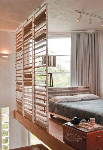 ロフトの壁をブラインドのようなルーバータイプにしたベッドルーム。ルーバーの角度によって壁のように閉めきったり、開いて風を通したりできます。