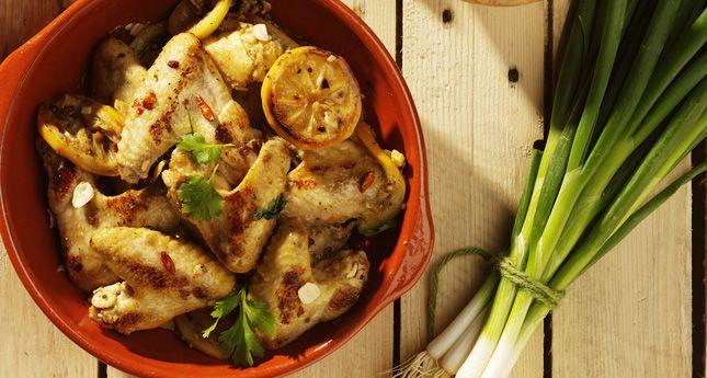 Onze favoriete delicatessenzaakOil&Vinegar stuurde ons dit heerlijke recept voor spicy kippenvleugels met knoflook en chili. Neem een grote schaal en maak hierin de marinade van de olijfolie, honing, chilipepers, kipkruiden en de knoflook. Kneus de kruiden, indien ze nog grof en ongemalen zijn, in de marinade met de bolle kant van een lepel. Snijd de […]