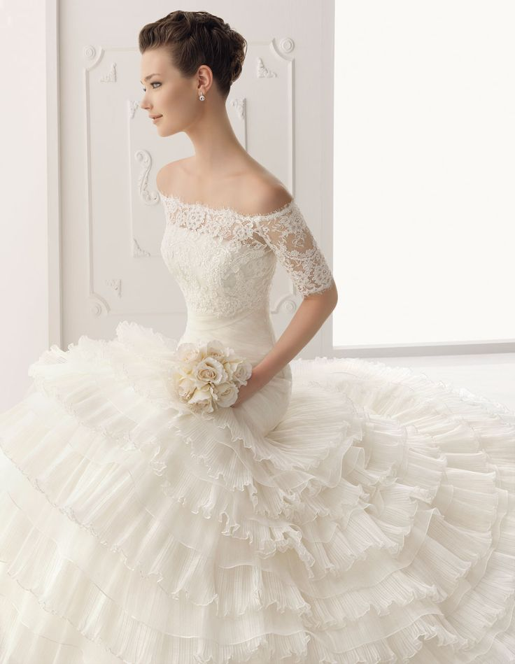 pretty lace sleeves off the shoulder and to the 3/4 length (alma novia - sabela)