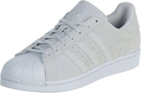 Bij deze Adidas Superstar RT Sneakers loopt ons het water in de mond! Wit, geperforeerd suede geeft de cult-sneaker een edele, hoogwaardige look en dat past hier erg goed.Van zijn basketbal-charme heeft hij bovendien niks verloren en weet hiermee nog altijd sneakerfans over de hele wereld te veroveren. - monochrome sneaker uit de RT collectie- perforaties aan de stripes- witte shell-toe uit rubber- duurzame, rubberen zool- anti-slip zool- gewatteerde schachtBovenmateriaal: echt…