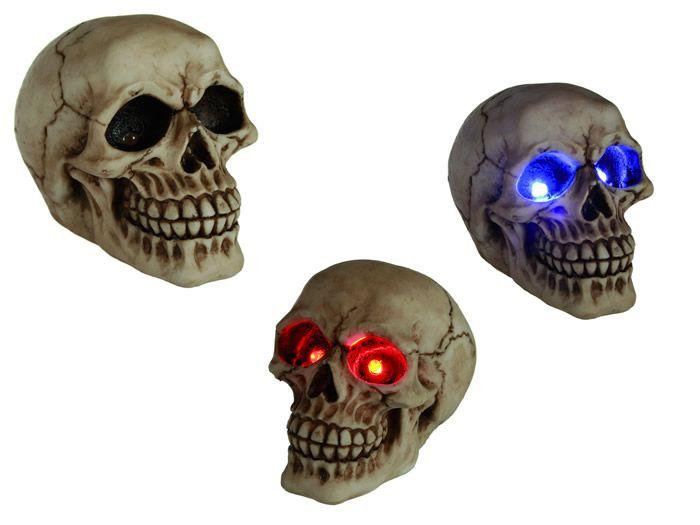 Skull met led ogen. Voor Halloween is deze skull met verlichting een heel leuk item om je versiering compleet te maken. Maar voor wie helemaal fan is van skulls is het een leuk lampje. De skull is ca. 11 cm hoog en heeft rode of blauwe ogen. Inclusief batterijen.