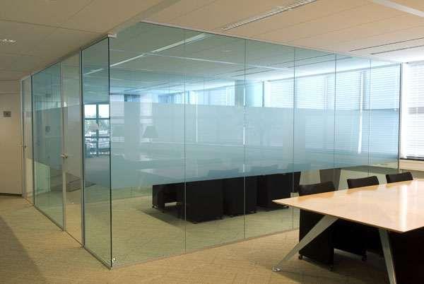 Het glas is modern en strak en is fijn om de kinderen in de gaten te houden in de studiehoek.