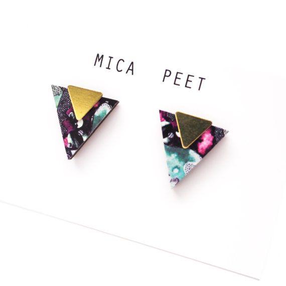 Une paire de boucles d'oreilles triangle géométrique intégrant une de mes…