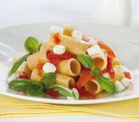 Rigatoni con pomodoro San Marzano, robiola e basilico