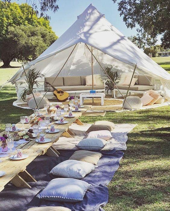 Competition Dekoration für die Hochzeit im Garten. Sommerhochzeit im Zelt.