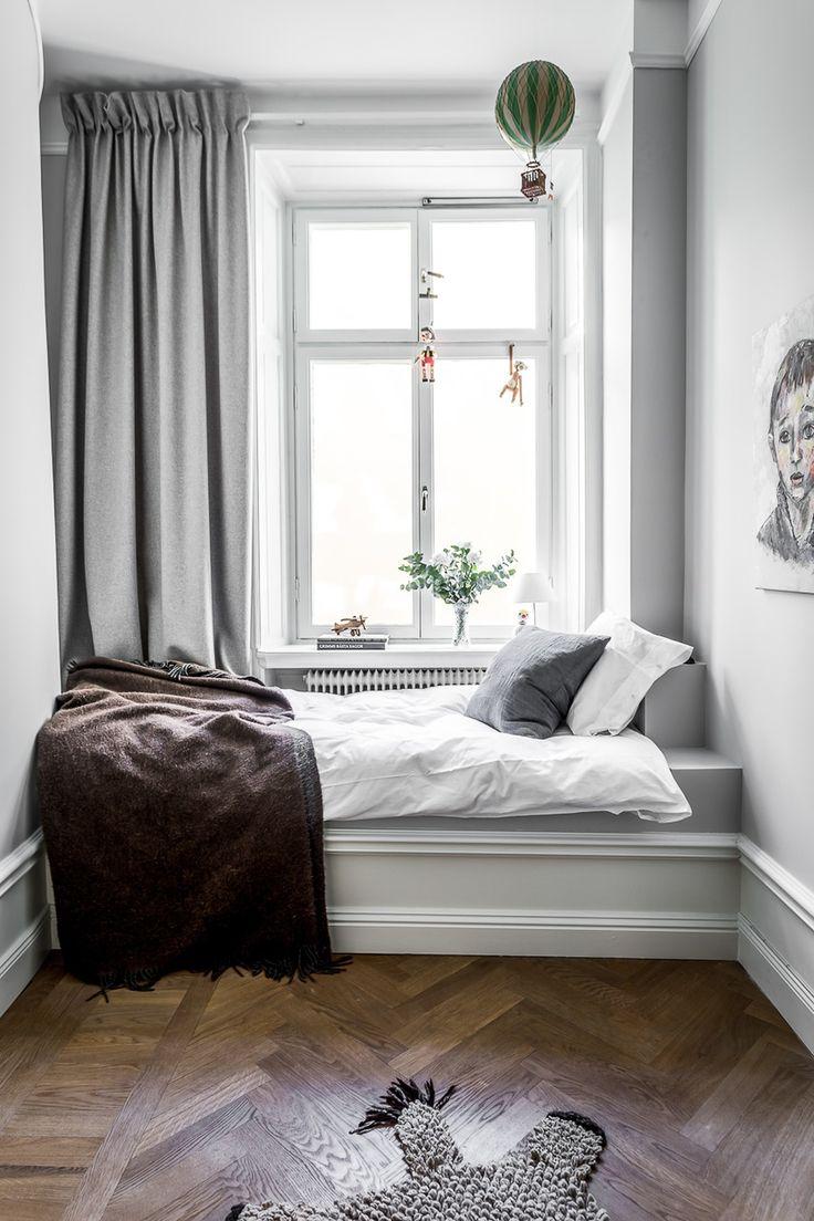 детская спальня кровать у окна