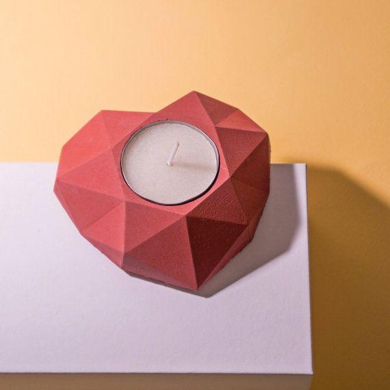 Das ist konkrete Teelicht Halter in Herzform mit Lagrunge Design. Es hat moderne geometrische polygonalen Stil.  -Thematische Tischdekoration für romantisches Abendessen -Ideal als Hochzeit Dekoration -Einfache und minimalistisches design -Es ist ein nettes kleines Geschenk  Hergestellt aus Zement, Sand und Wasser. Kork-Beläge sind auf der Kehrseite.  Es 4 Farben erhältlich: weiß, grau, rot, blau   Abmessungen: 95 x 90 x 30 mm Gewicht: 150 g (1 Stück)  Besuchen Sie unseren Etsy-Shop, um…