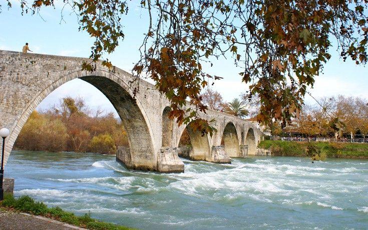 Το πιο φημισμένο και τραγουδισμένο της Ελλάδας. Στέκεται αγέρωχο πάνω από τον ποταμό Άραχθο από τον 17ο αιώνα και είναι γνωστό για τον μύθο που το συνοδεύει και από το ομώνυμο θρυλικό δημοτικό τραγούδι που αναφέρεται σε αυτό. Το συνολικό μήκος του φτάνει περίπου τα 145 μέτρα.