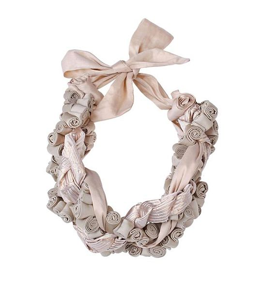 Púderrózsaszín, romantikus nyaklánc textilrózsákból.