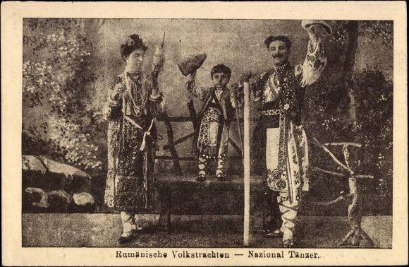 Postcard Rumänische Volkstrachten, Nationaltänzer, Kind, Frau, Mann, Spindel
