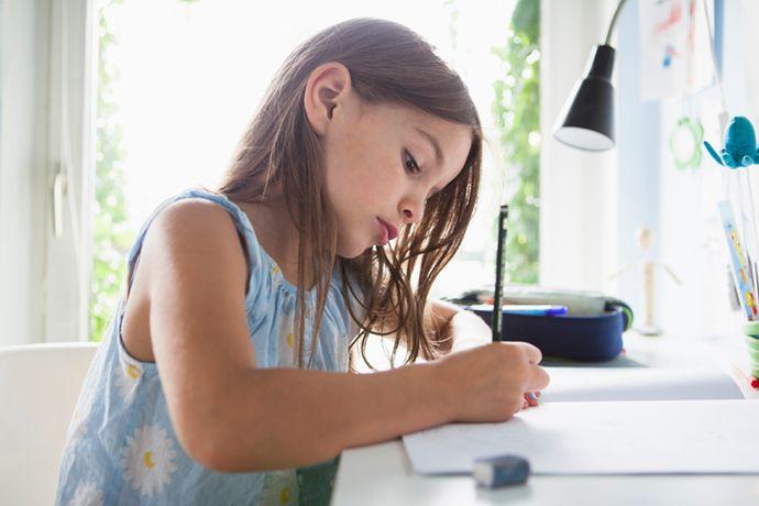 Можно ли избежать конфликтов, когда выполнение домашних заданий превращается в ежевечерний кошмар? Наши эксперты объясняют, чем отличаются роли учителя и родителя и как можно заинтересовать ребенка учебой.