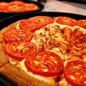 Pizza cu rosii.  Aluat:   - 400 gr faina   - 3 gr drojdie   - 50 ml lapte caldut    - 20 ml ulei    - 10 gr zahar   - sare     Compozitie:    - cascaval   - mozarella   - condimente - sare, cimbru   - rosii