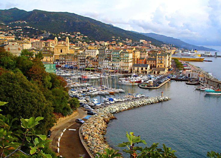 Bastia: Centre historique de la cité, le Vieux-Port de Bastia charme par ses façades colorées dominées par l'église Saint-Jean-Baptiste, ses bateaux de pêche ou de plaisance.  ©  Lucien Ruth