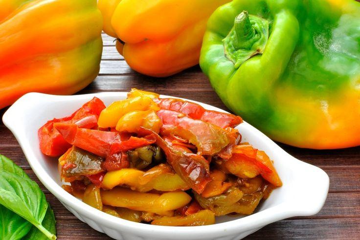 L'insalata di peperoni grigliati ed olive nere è un contorno saporito e molto fresco, perfetto per accompagnare secondi piatti di ogni tipo