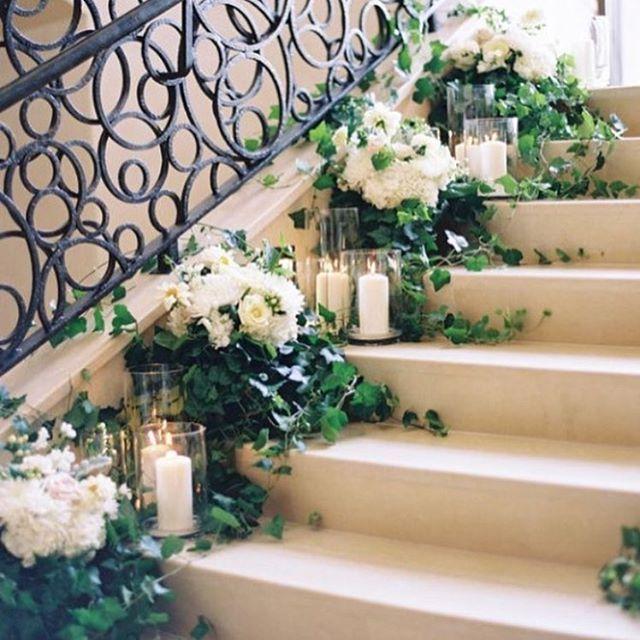 Украшение лестницы тоже очень оригинально!!!!! #свадебныйблог #свадьбавброварах #петровскийбровар #лучшаясвадьба #свадьба #weddings #bestwedding #weddingparty #weddingblog #советышапран #лучшийпраздник #weddingceremony #weddingorganizer