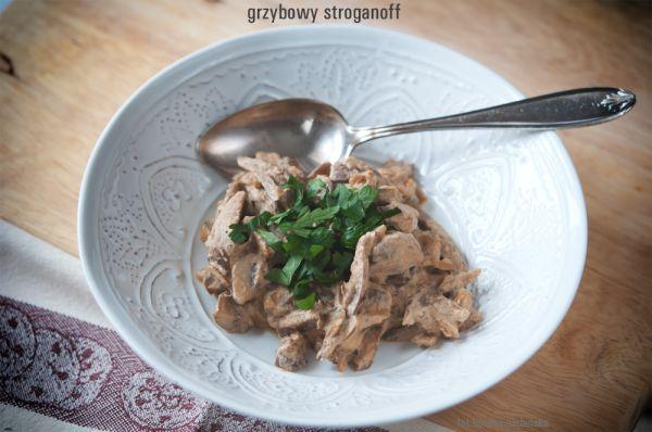 Wegański grzybowy stroganoff - naprawdę pycha. Porcja o wadze 210g ma 3,5 wymiennika, w tym 1,1 WW i 2,4 WBT. 100 g ma 135 kcal.