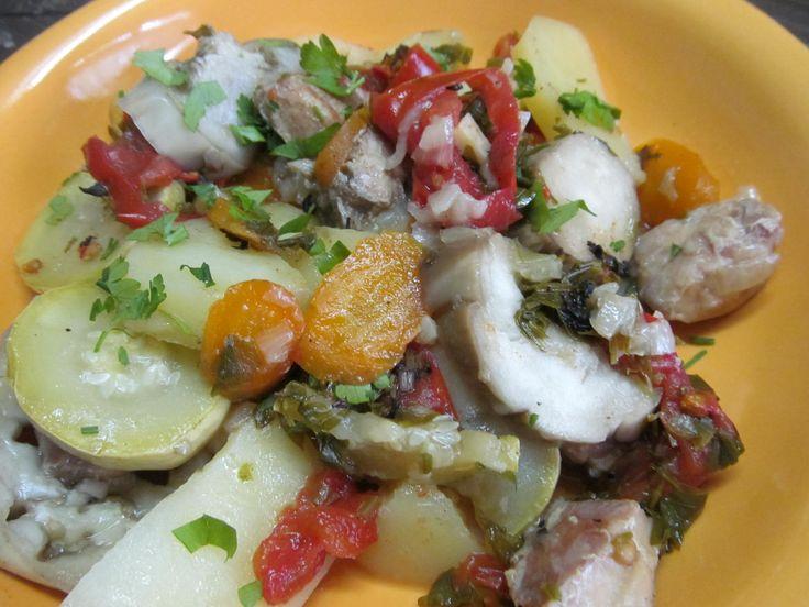 Кролик, лук, морковь, картофель, кабачок, баклажан, помидор, зелень, оливковое масло, зелень, соль, перец.