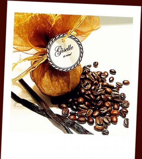 Coffee-Vanilla bath bomb / Main ingredients: coffe butter, vanilla, jojoba oil, corn starch, vitamin C,  essential oils, vitamin E / 100% natural organic product